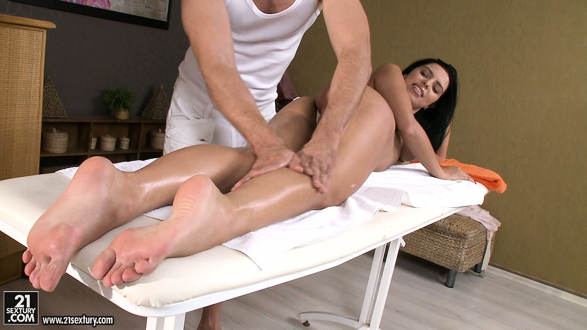 Porno Video of Hot Brunette Comes For Massage And Orders An Extra Pussy Care