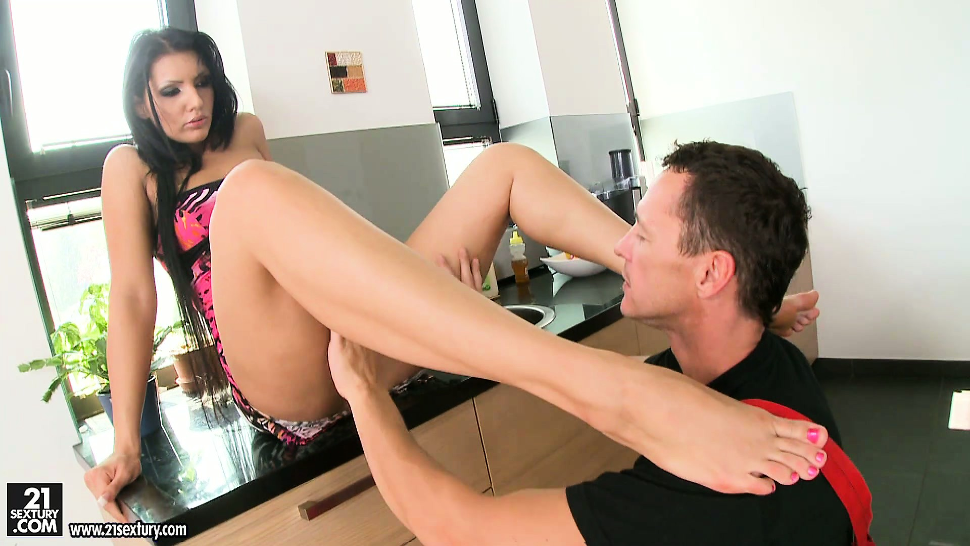 Sex Movie of She Gets An Itch And The Plumber Gets Some Pussy As He Licks And Sucks Her Feet