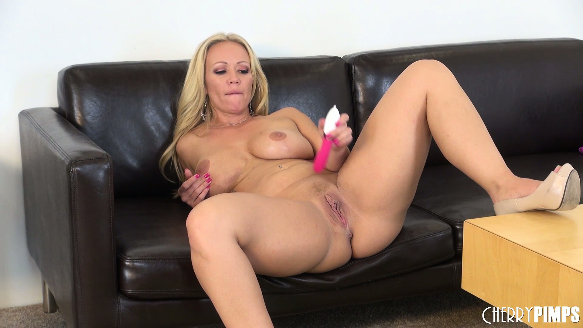 Porno Video of Ultimate Blonde Mom, Austin Taylor Puts On The Ultimate Solo Show