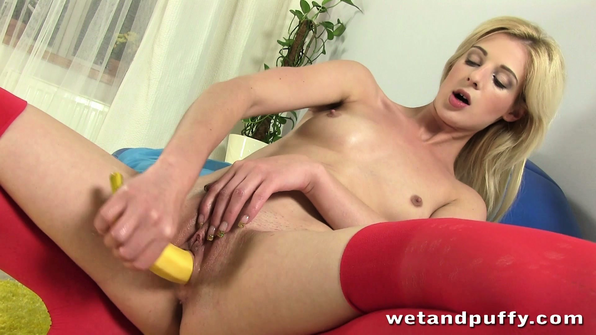 Porno Video of Mia Drives That Banana In And Out Of Her Snatch And Enjoys Tremendous Pleasure