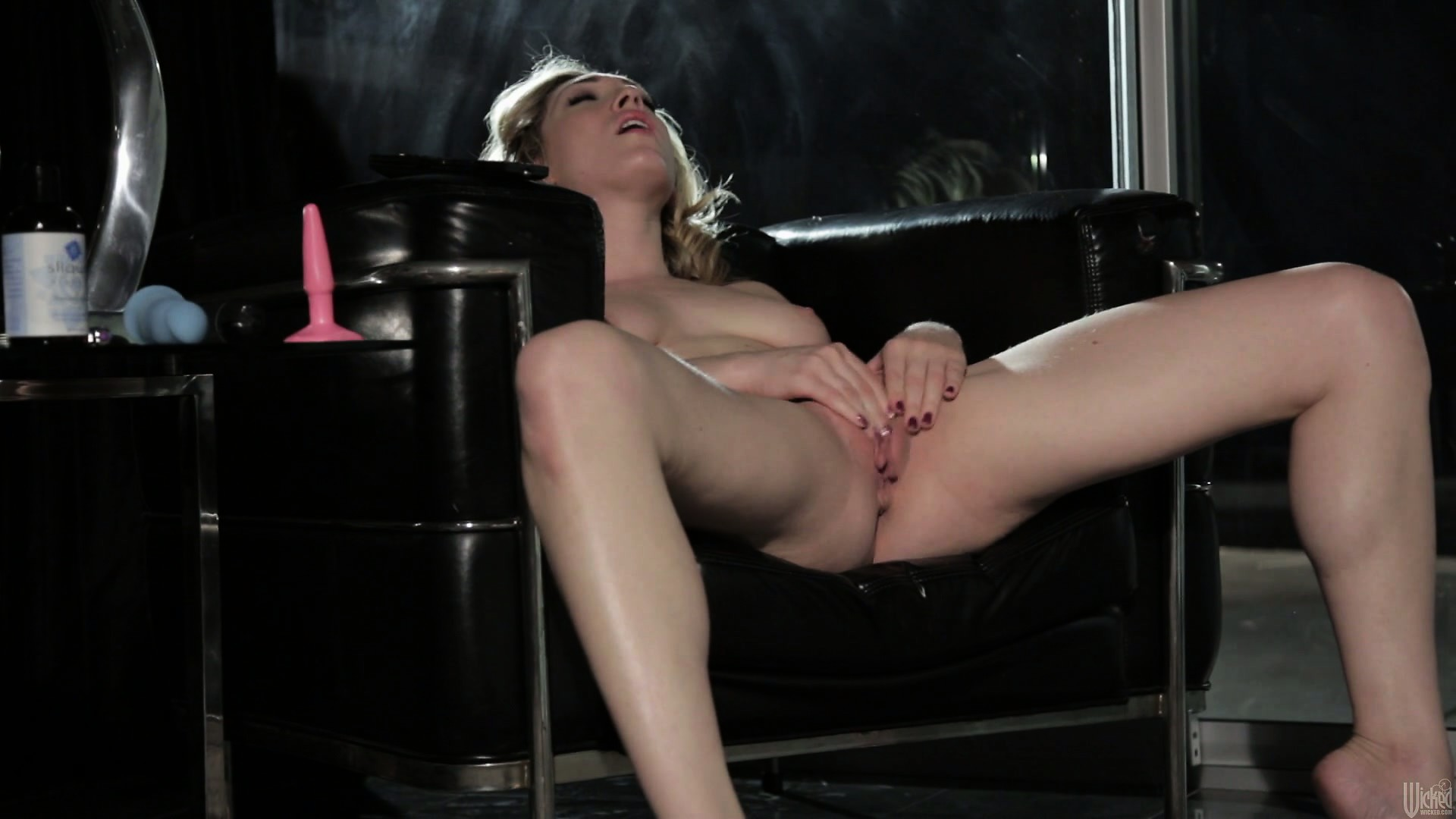 Porn Tube of Jessica Sits In Her Chair And Rubs, Then Toys Her Cunt, Licking Off Her Juices