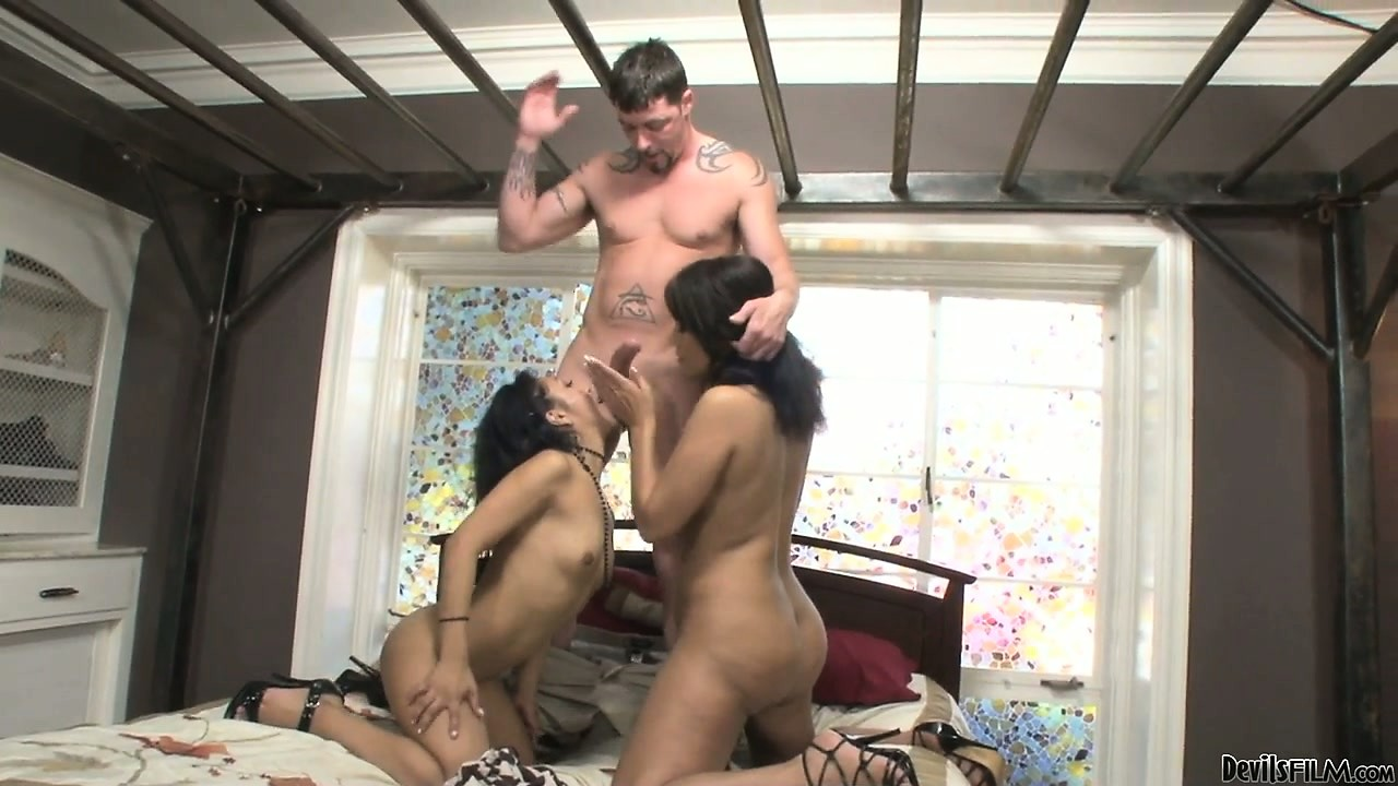 Sex Movie of Lucky Dude Gets Head From A Sexy Exotic Cougar And Her Daughter Too