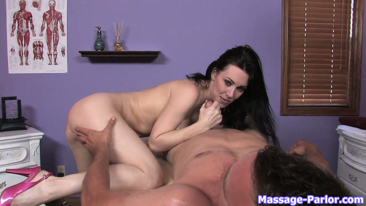 Porno Video of This Slutty Masseuse's Big Ass Looks Awesome When Oiled Up Abundantly