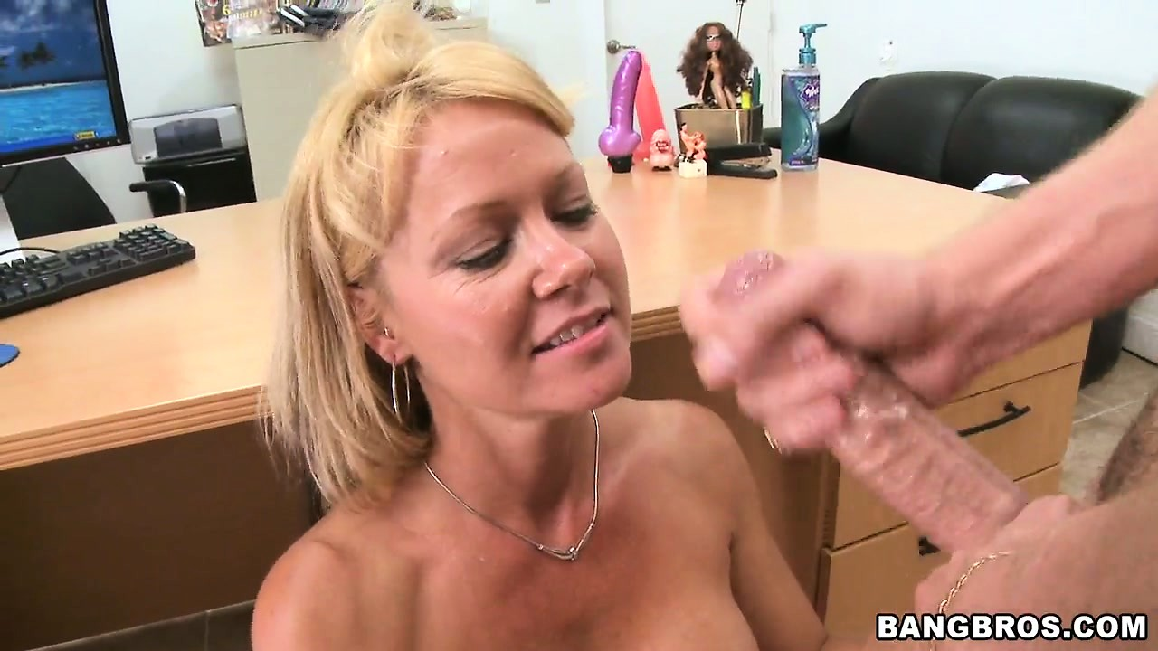 Porno Video of A Seductive Floridian Milf Gets A Messy Facial Then Cleans Herself Up